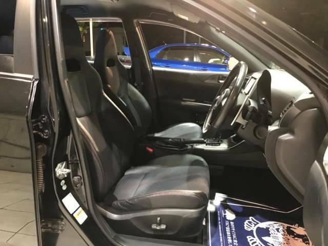 【ハーフレザーシート】高級感と座り心地を両立した人気のシート♪背面・座面のファブリック素材は、通気性の良さや滑りにくさに優れています。気温や服装に左右されず快適にお乗りいただけます。