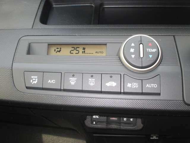 フルオートエアコン標準装備です 1年中快適な室内を提供!車内温度を設定すると風向き、風量を自動で調節してくれます