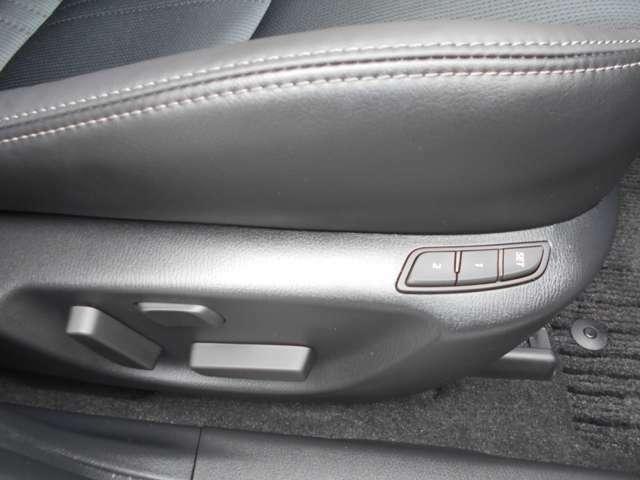 運転席は、パワーシートを装備。細かなセッティングが可能です