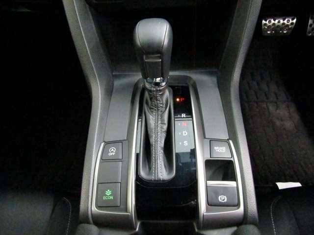 電子サイドブレーキは手元のスイッチ操作でパーキングブレーキをON/OFF!発進時にアクセルを踏めば自動解除します。ブレーキホールドは渋滞時にブレーキペダルから足を離しても停止状態を保持してくれます。