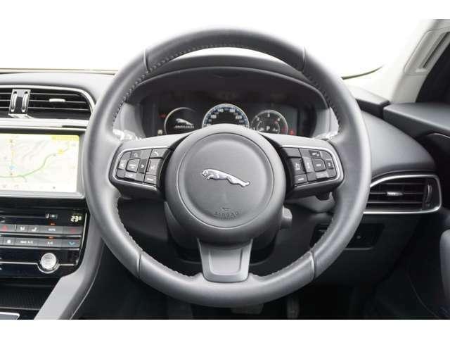 ハンドル右側に運転支援(クルーズコントロールー等)左側にオーディオ操作部が配置され ハンドから手を放さず操作が可能で運転中の負担が少なくなります。