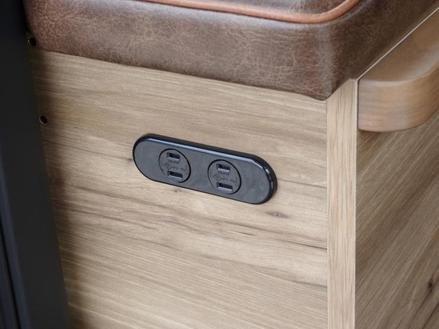 純正アクセサリーコンセントはベッド家具に移設済み。