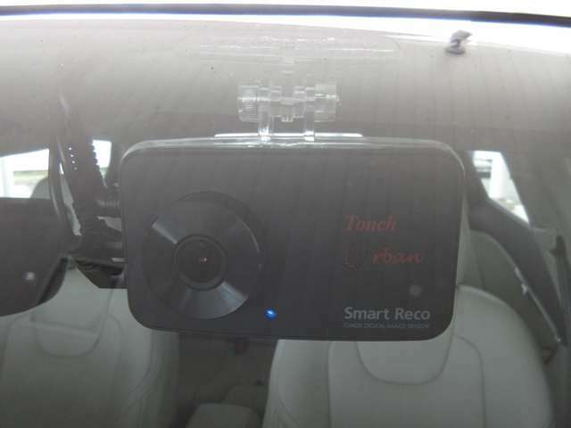 Aプラン画像:助手席側フロントガラス上部に装着!!駐車中はLEDランプ点滅で防犯にも一役かいます。