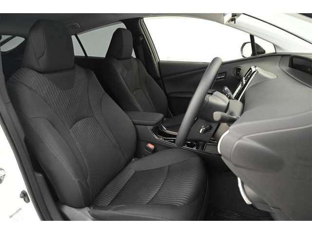 運転席/助手席です。 シンプルながら座り心地が良く、ホールド感もあるので疲れにくいシートです。