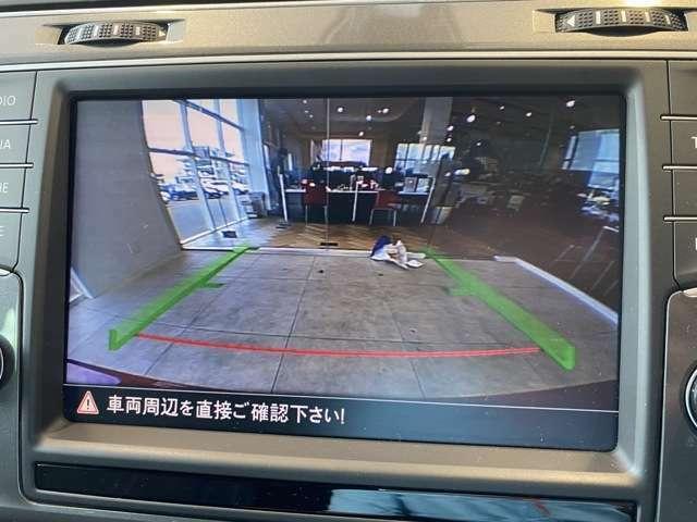 ギヤをリバースに入れると車両後方の映像を映し出し、バック時の後方視界をサポートするリヤビューカメラ!