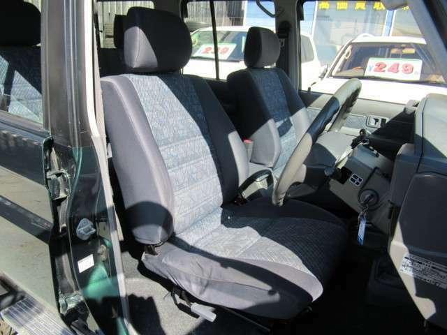 人間工学に基づき設計されたシートは、長距離の運転でも疲労が溜まりにくい構造となっております☆前後スライド、リクライニング機能はもちろん、腰当ての角度調整まで付いています♪
