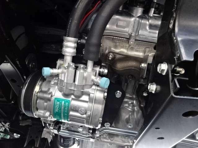 2コンプレッサーで庫内冷却が早く車内エアコンも快適利用可能!薄型エバポレーターで庫内が広く使えます コンデンサーはルーフトップ式で空気取入れ効率をUPしてます