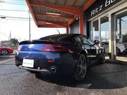2シーターのスポーツカーであり、後輪駆動のスポーツカーとして理想的なバランスを実現している。