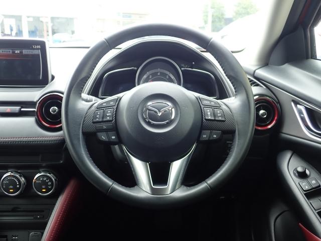 速度管理ができるアクティブドライビングディスプレイや、やや上方にビルトインされたナビ、オーディオ類もハンドルで操作できるなど極力目線を外さず、安全運転に集中できる運転席です。
