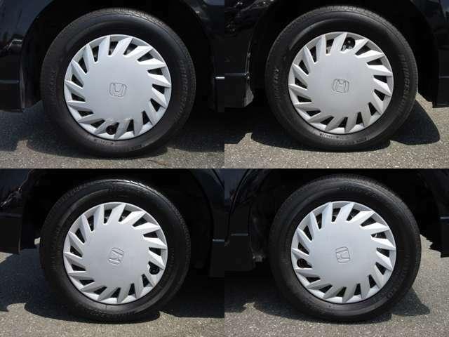 純正鉄ホイールが装着されています。タイヤブランドは、ブリヂストンです。タイヤサイズは、155/65R13です。残り溝はフロントが4mm、リアが6mmです。