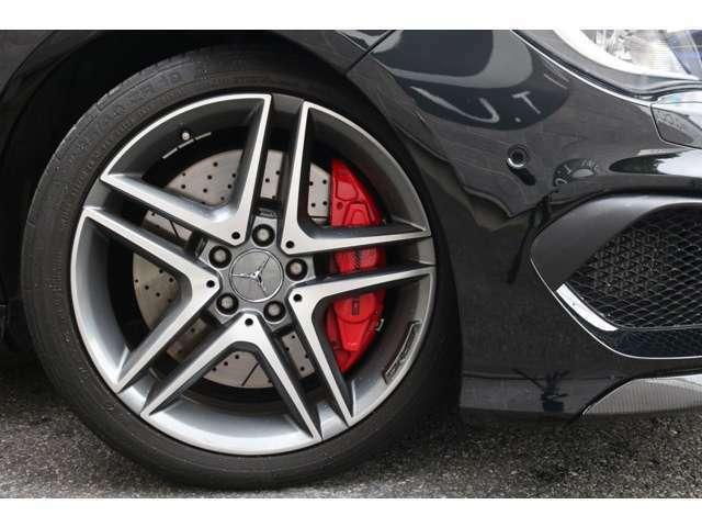 スタイリッシュな足元を演出する18インチ5ツインスポークアルミホイールを装着!AMGならではの高いブレーキ性能を発揮します!