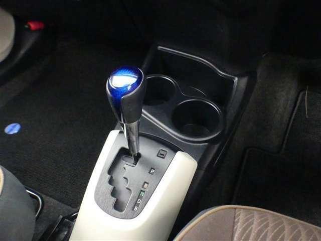 オートマチックシフトレバーはゲート式を採用!変速機は、現在のエコカーの主流、滑らかな加速を実現する『CVT』を搭載!
