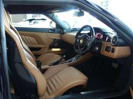 インテリアはオシャレな雰囲気のブラック&タンのツートンインテリア 運転席シートに座れば、こだわり抜かれたロータスの魂を感じ取れます!さあエンジンを掛けてスタートしましょう!!