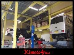 サービス工場にはリフト3基!当社の専門スタッフが責任を持ってお客様の大事なお車をサポート致します。