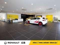 当店の2Fショールームは広々!展示車を展示中!キッズスペースも備え、ゆったりとお過ごしいただけます♪