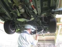 当社提携の指定工場で法定12カ月点検を含む57カ所のチェックと念入りな納車整備を行います。
