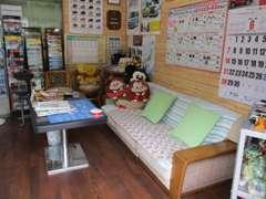 事務所内はウッディな落着いたくつろげる空間をご用意しました。