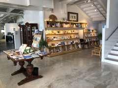 1階には「とく選文庫」(本屋)を併設しており、店主が厳選した約1500冊を常時取り扱っております。