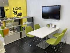 各テーブルは程よい距離感を保ち、落ち着きのある商談スペースとなっております。