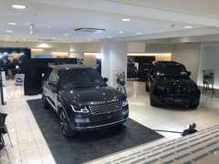 ファッションブティックのような明るいショールームには、最新型のジャガー・ランドローバー各車を常時展示しております。