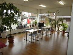 明るくて広い商談ルームは常に清潔にして、お客様をお待ちしております。