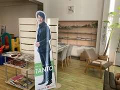 内装にも気を配っていますよ☆大きなテレビや雑誌もあり、居心地の良い店舗作りを心がけております。