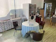明るい商談スペースです。おいしいコーヒーもご用意してお待ちしております。
