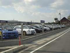 中古車展示場には、スバル車を中心に幅広い車種を展示しています。