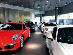 最新モデルからクラシックモデルまで「全車屋内展示」で余裕を持ったスペースで展示しております。