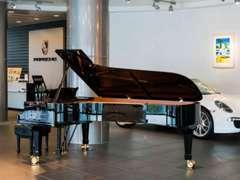 2Fのショールームにスタンウェイのグランドピアノがございます。毎月才能ある若きピアニスト達の演奏会も実施しております。