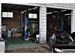 敷地内に併設している自社認証整備工場には、ベテランメカニックが常駐。リフト3基設置・各メーカー対応テスターを完備。