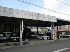前面より。中古車展示場の奥に、整備工場と事務所があります。
