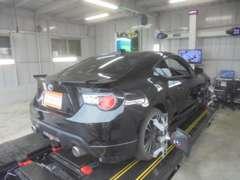 本社工場には最新鋭3D4輪アライメントテスター完備♪軽自動車から輸入大型RVまで測定可能。料金1万円から