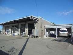 本店には関東運輸局認証整備工場・鈑金工場、塗装ブース、リフト4基、4輪アライメントテスター完備です。