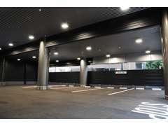 全天候型屋内展示場でゆっくりポルシェをご覧いただけます。屋内駐車場完備しております。