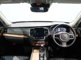 2019年モデルのXC90 D5 AWD インスクリプションが入荷しました。内外装共に黒の引き締まったデザインにパネルは落ち着いた印象を与えるリニアウォールナットが使用されている上品な1台でございます