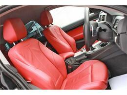内装はレッドレザーシート。フロントシートは、パワーシート、シートヒーターがついております。