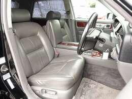 本革シートには切れ等も無く、全席電動シート、全席シートヒーター完備。後席シートはマッサージ機能も完備しております。お気軽に047-492-4000までお問い合わせ下さいませ。