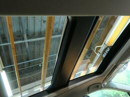 【サンルーフ】サンルーフが装備されております。サンルーフがあるだけで、同じサイズの空間でも開放感があり、住みやすい空間を作り出してくれます♪