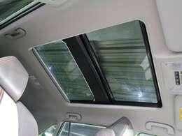 パノラマサンルーフを装備!【ボタンつで開閉操作が可能です!車内の開放感がUP♪居住空間も広く感じる事ができます!】