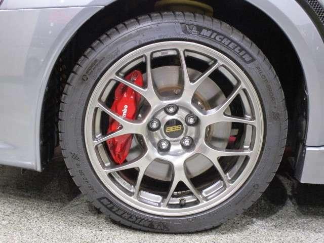 タイヤサイズは、245/40R18 ファイナルエディション専用のダーククロム塗装されたBBS鍛造ホイール!