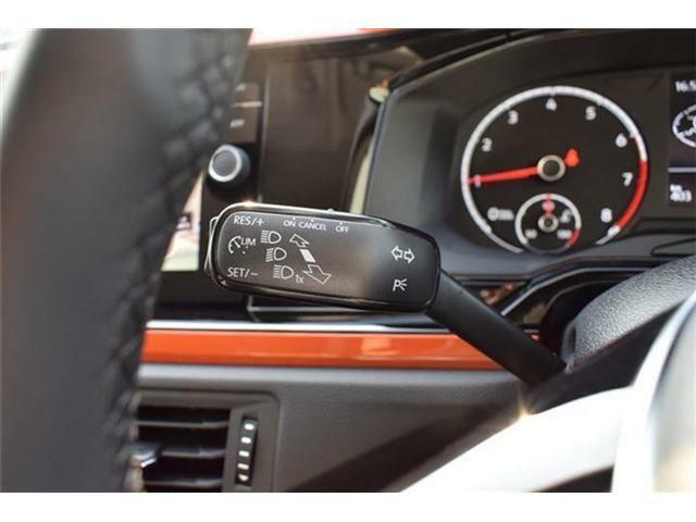 クルーズコントロール搭載。アクセルペダルを踏み続けなくても、スイッチ一つで一定速度を維持。高速道路などでドライバーの疲労を軽減します。