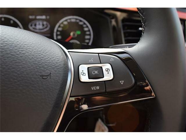 選局や曲送り、音量などのオーディオ機能がステアリングから手を放さずに操作でき、快適なドライビングをサポートします。