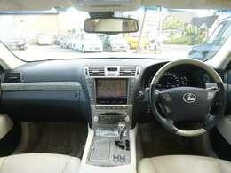 高級感と機能性が特徴の運転席まわり、視認性がイイ メーターとスイッチまわり。
