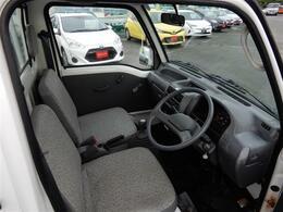 運転席はこのような感じ!内装も経年劣化はありますがとてもキレイな状態です!