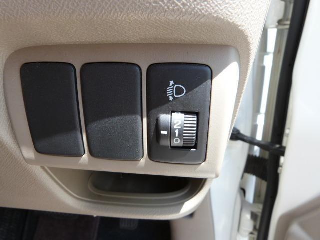 ヘッドライトの照射角度を微妙に調整できます。後席乗車時や荷物の積載時に役立ちます。なかなかの便利機能ですね
