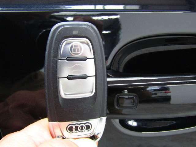 スマートキー♪鍵をポケットやバッグにいれたままでも、鍵の開け閉めはもちろんの事、エンジン始動もできちゃいます♪ホントに便利ですよ!!!