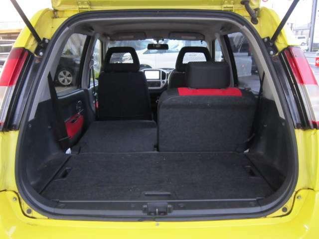 ★リヤシートの背もたれは左右別々に倒す事が可能ですので、乗車人数やお荷物の量にアレンジが可能です。