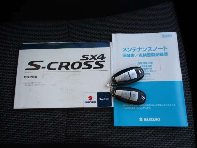 S-CROSSならではのメタルなスマートキーをご用意。取扱説明書、メンテナンスノート(保証書・点検整備方式点検整備記録簿)付で安心です。