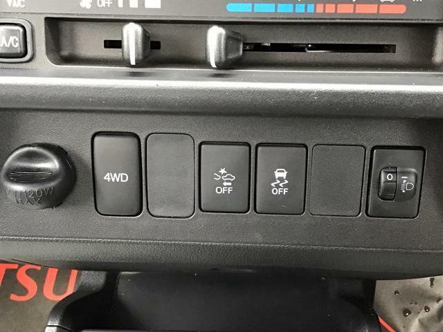 2WDと4WDが切り替え可能なパートタイムWDです!濡れた道や山道などでスイッチを押せば4WDになって力強く走行できます!他にも衝突回避や横滑り防止機能など安全機能が搭載!